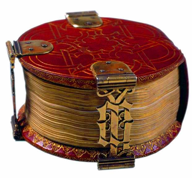 The 'Codex Rotundus' owes its name to its round shape. It is a small book of hours (9 cm diameter) made in Bruges in 1480.