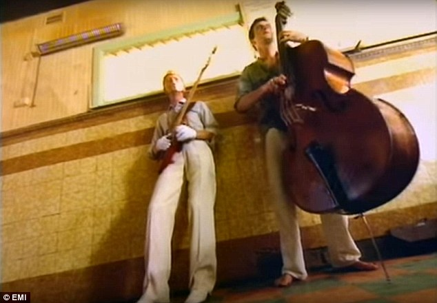 301A3F8000000578-3402153-David_Bowie_left_and_a_double_bass_player_from_a_scene_near_the_-a-31_1452908931283