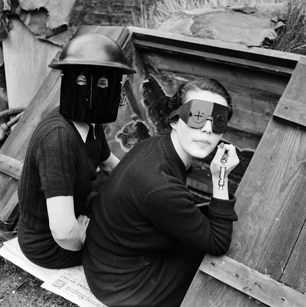 gc%cc%a7y%cc%88fire-masks-downshire-hill-london-england-1941gc%cc%a7o%cc%88-by-lee-miller-3840-9